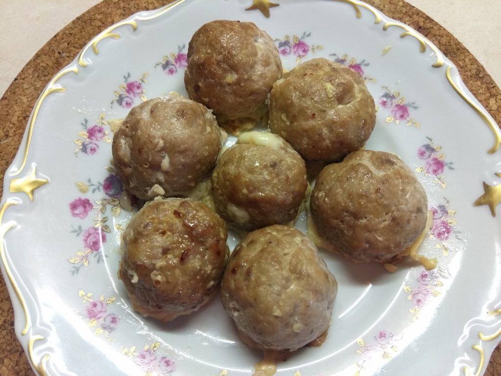 Фото рецепта - Свиные тефтели, фаршированные сыром - шаг 6