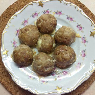 Свиные тефтели, фаршированные сыром - рецепт с фото