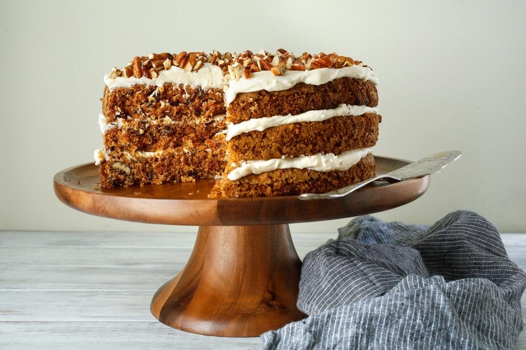Фото рецепта - Морковно-ореховый торт на кефире с творожным кремом - шаг 9