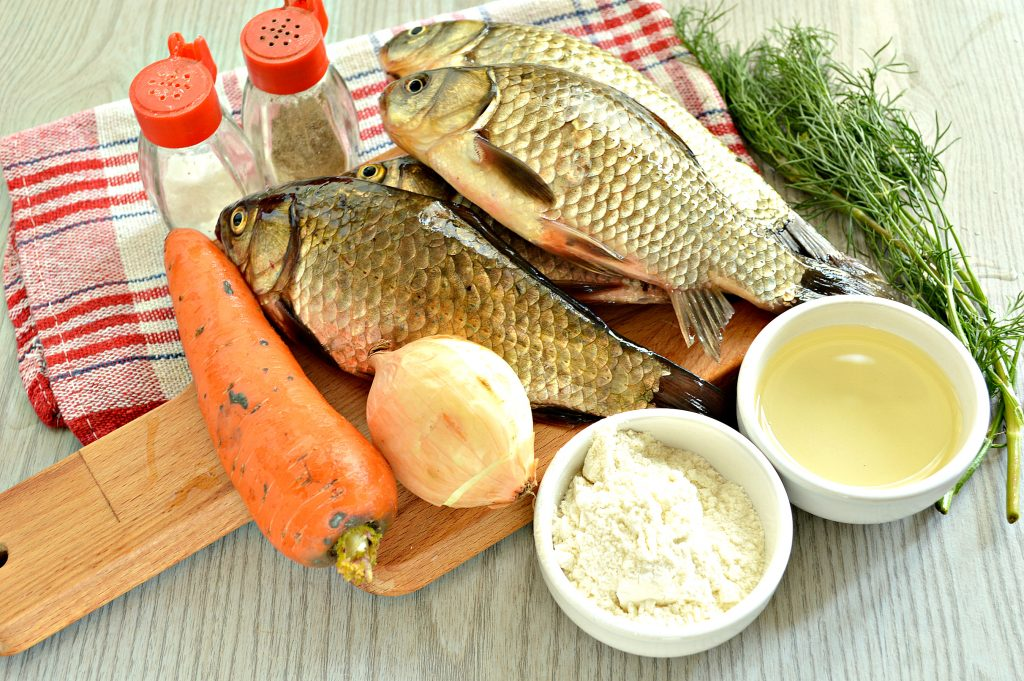 Фото рецепта - Караси, жаренные на сковороде с морковью и луком - шаг 1