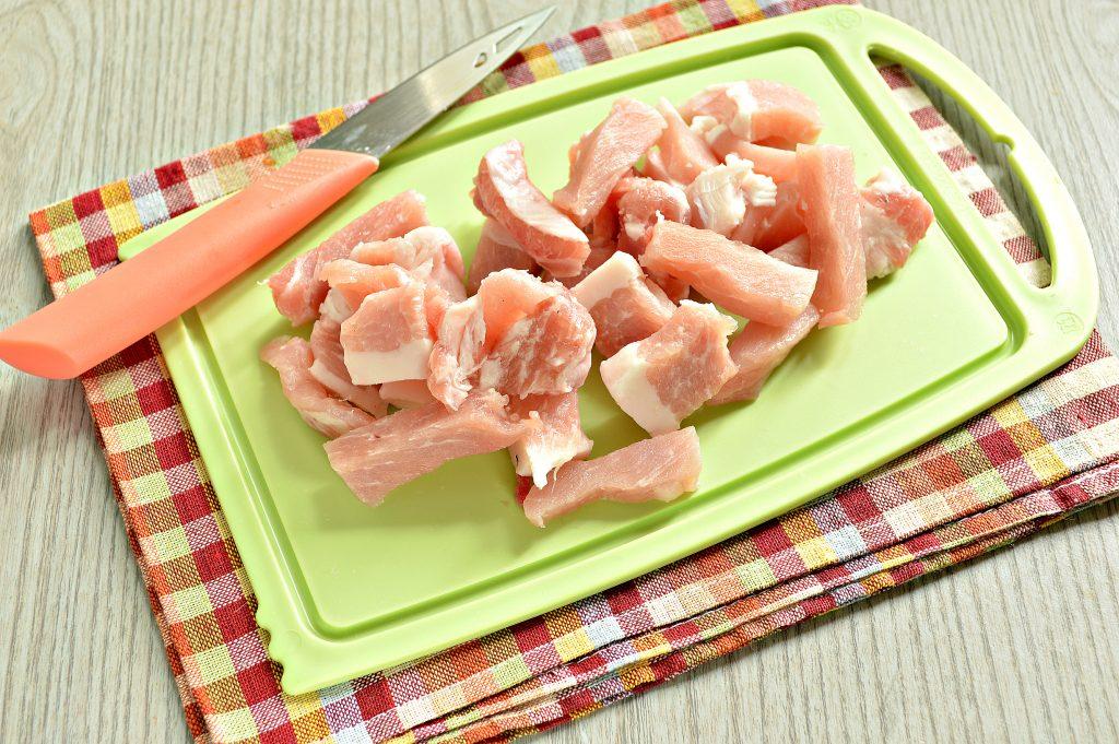 Фото рецепта - Молодой картофель, тушеный со свининой и овощами - шаг 1