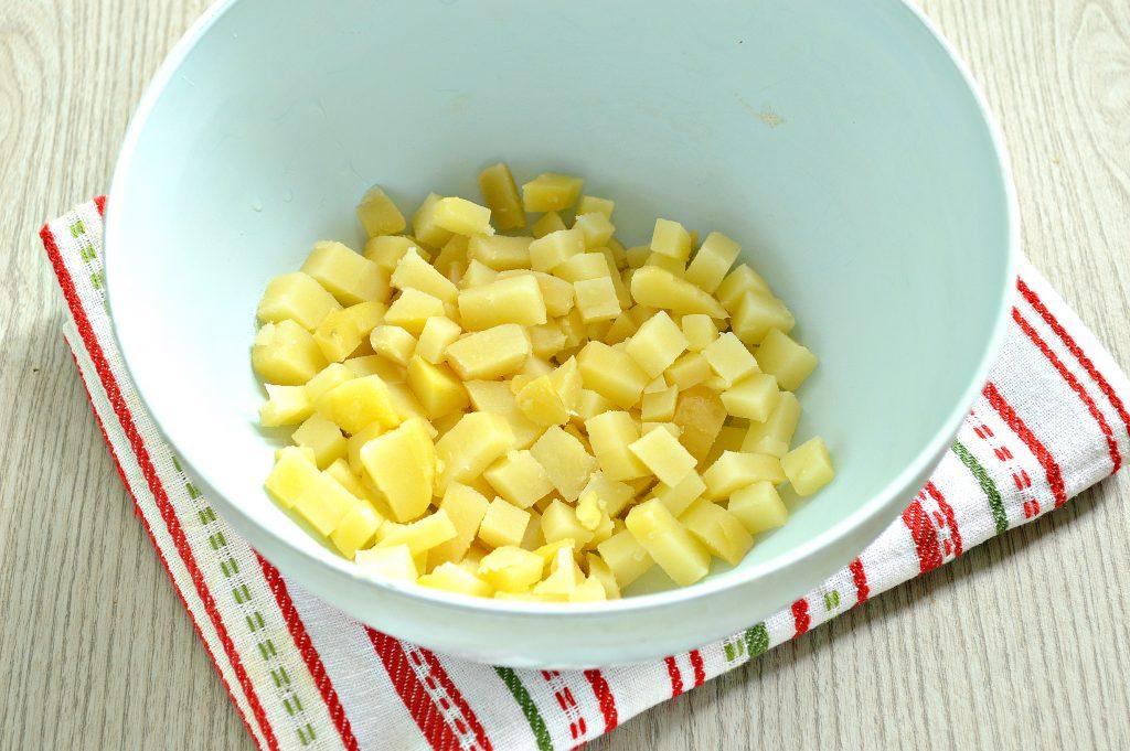 Фото рецепта - Рыбный салат с картофелем и зеленым горошком - шаг 1