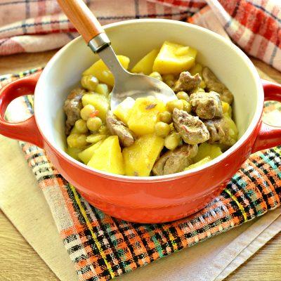 Картофель, тушеный с куриной печенью и зеленым горошком - рецепт с фото