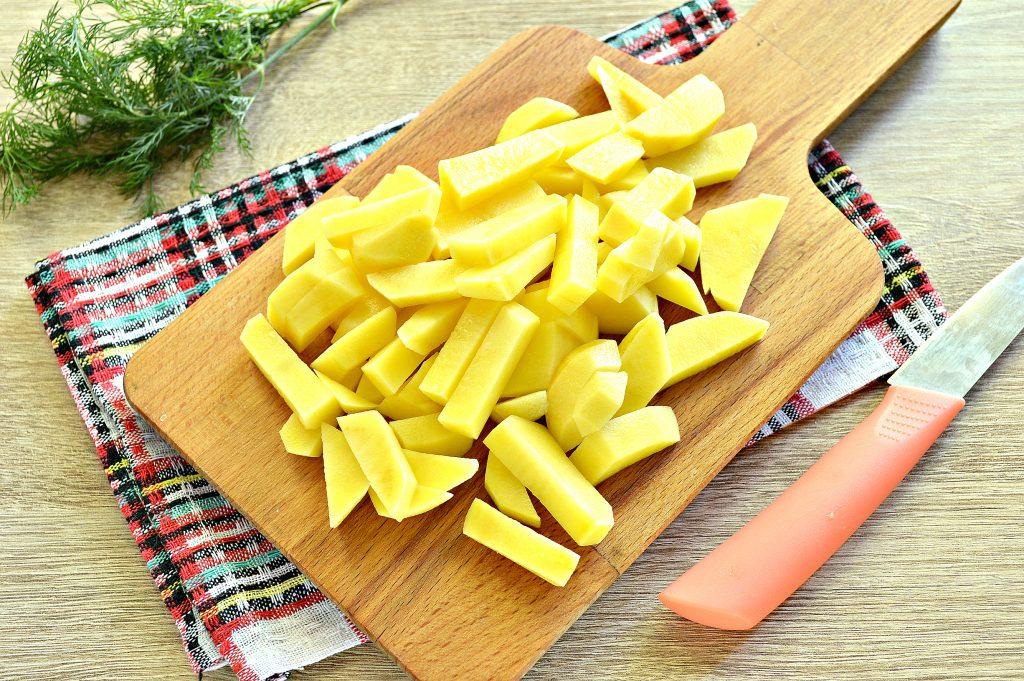 Фото рецепта - Картофель на сковороде с зеленым консервированным горошком - шаг 2