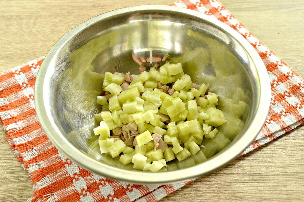 Фото рецепта - Куриный салат с кукурузой и редиской - шаг 2