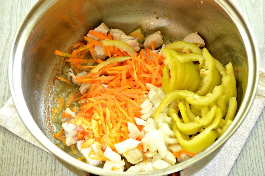 Фото рецепта - Рагу из куриной грудки с кабачками и капустой - шаг 2