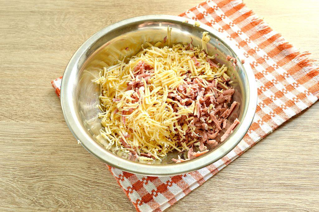Фото рецепта - Фаршированные блины, запеченные в духовке с копченой колбасой и сыром - шаг 3