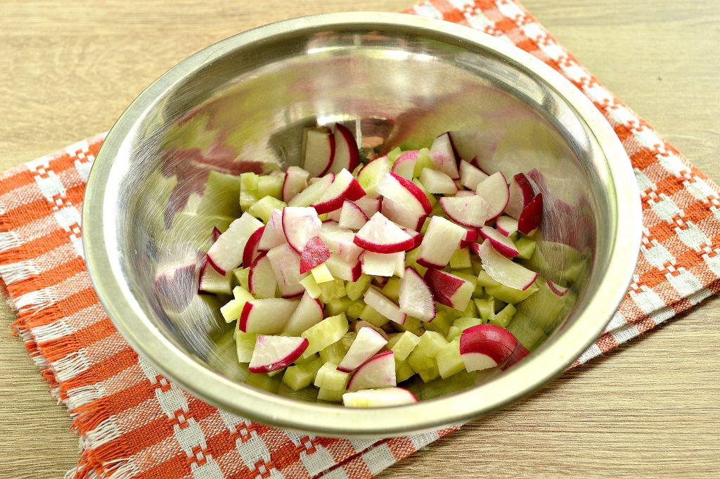 Фото рецепта - Куриный салат с кукурузой и редиской - шаг 3