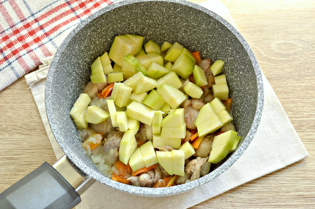 Фото рецепта - Курица, тушенная с кабачками и картофелем - шаг 3
