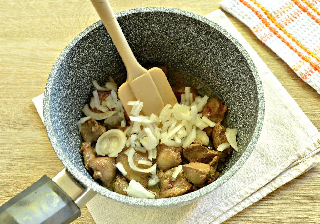 Фото рецепта - Картофель, тушеный с куриной печенью и зеленым горошком - шаг 3