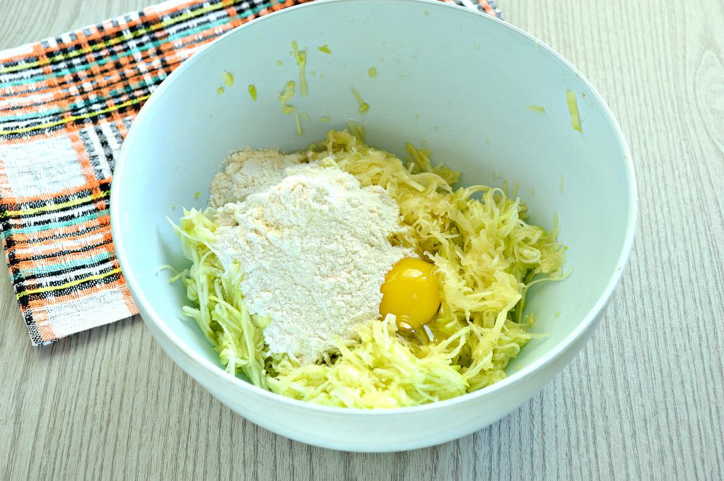 Фото рецепта - Картофельные драники с кабачком - шаг 3