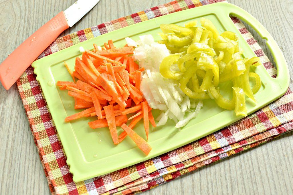 Фото рецепта - Молодой картофель, тушеный со свининой и овощами - шаг 3