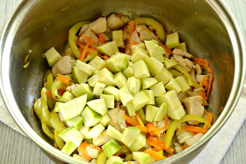 Фото рецепта - Рагу из куриной грудки с кабачками и капустой - шаг 3