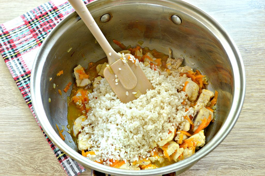 Фото рецепта - Рисовая каша с курицей - шаг 3