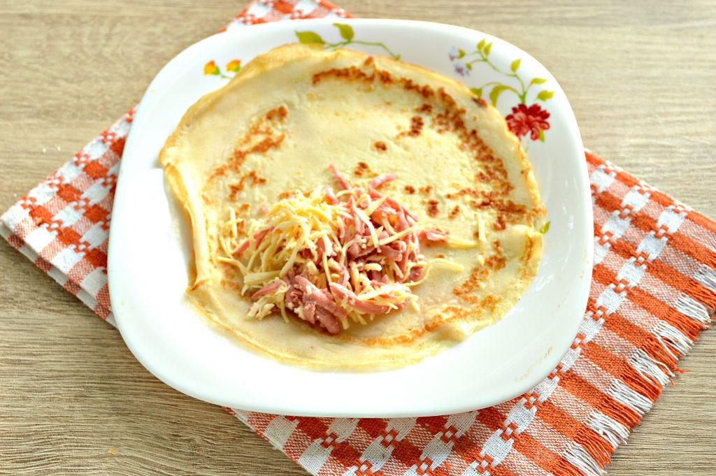 Фото рецепта - Фаршированные блины, запеченные в духовке с копченой колбасой и сыром - шаг 4