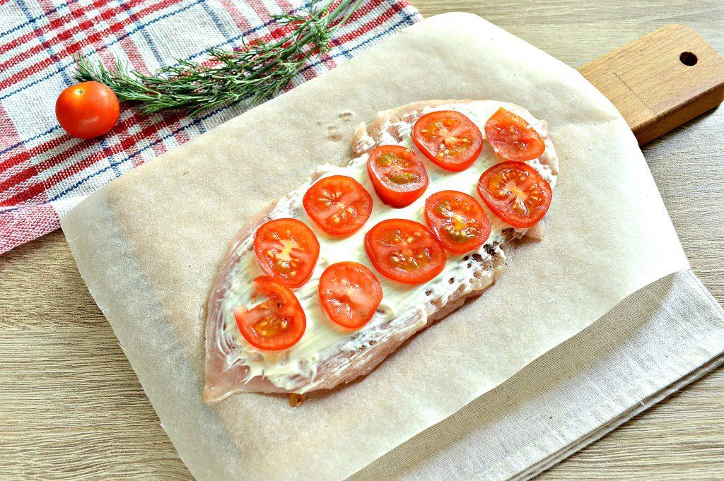 Фото рецепта - Отбивная из куриной грудки в духовке с сыром и черри - шаг 4