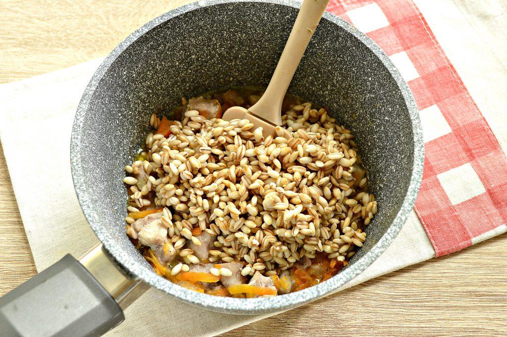 Фото рецепта - Перловая каша, тушенная с курицей - шаг 4