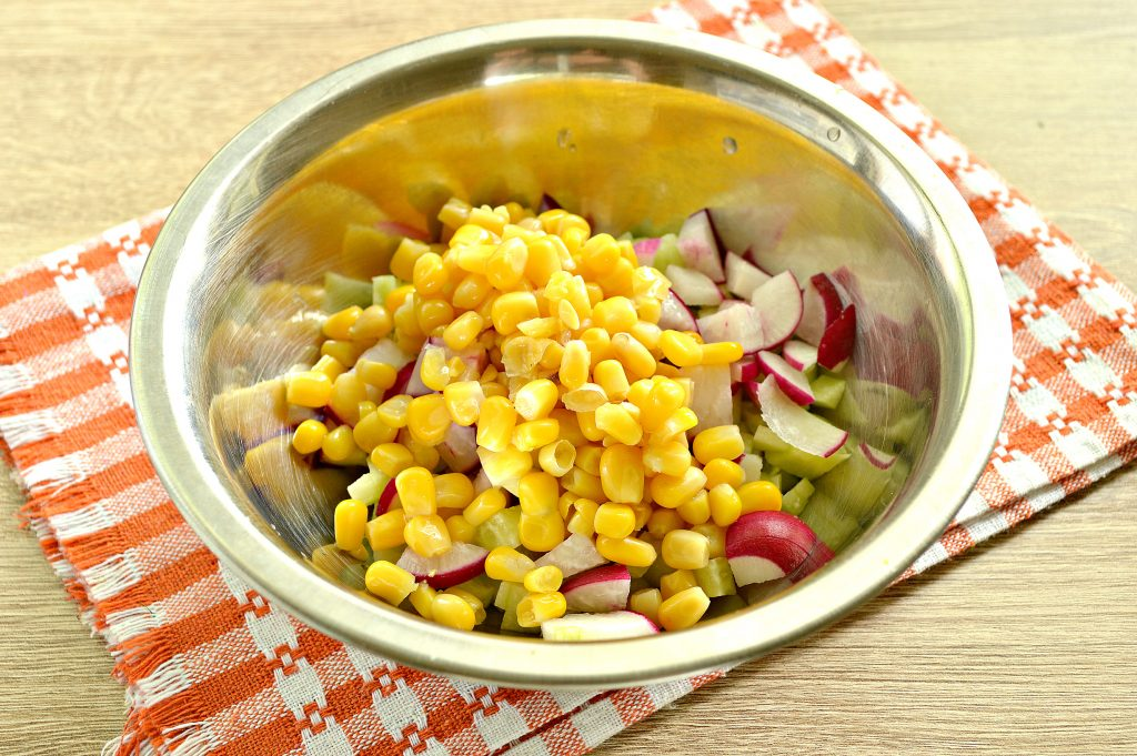 Фото рецепта - Куриный салат с кукурузой и редиской - шаг 4