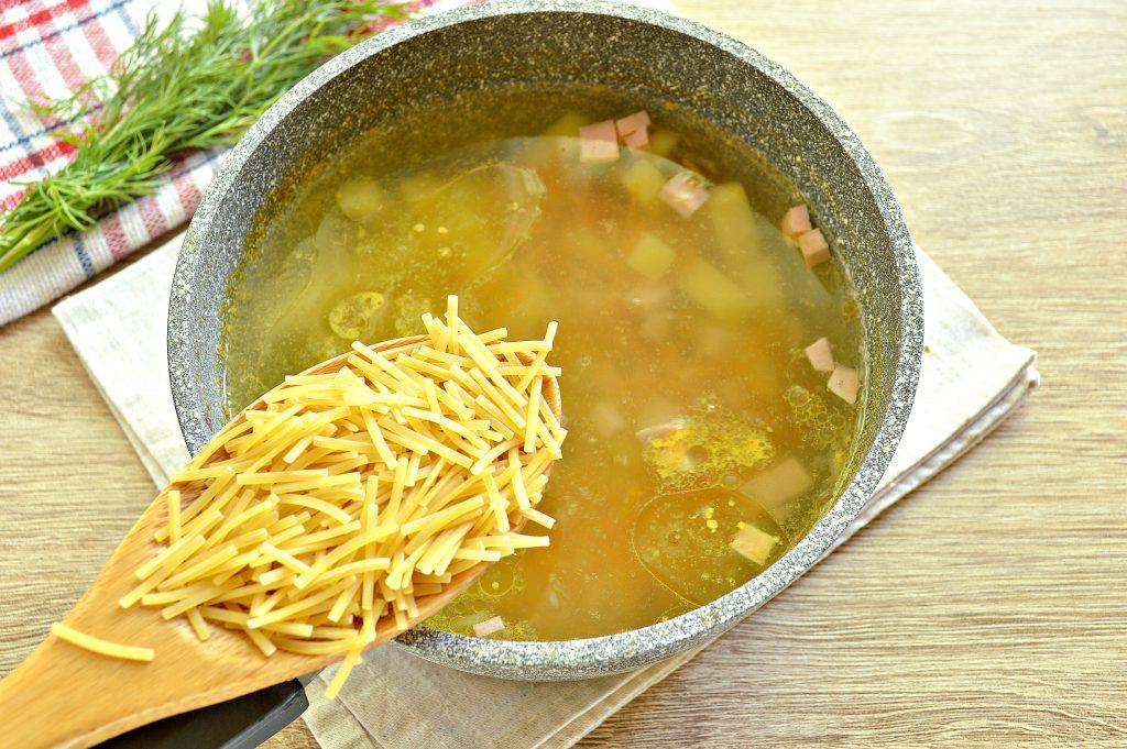 Фото рецепта - Вермишелевый суп с колбасой - шаг 4