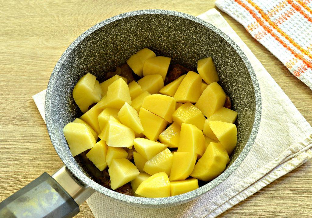 Фото рецепта - Картофель, тушеный с куриной печенью и зеленым горошком - шаг 4