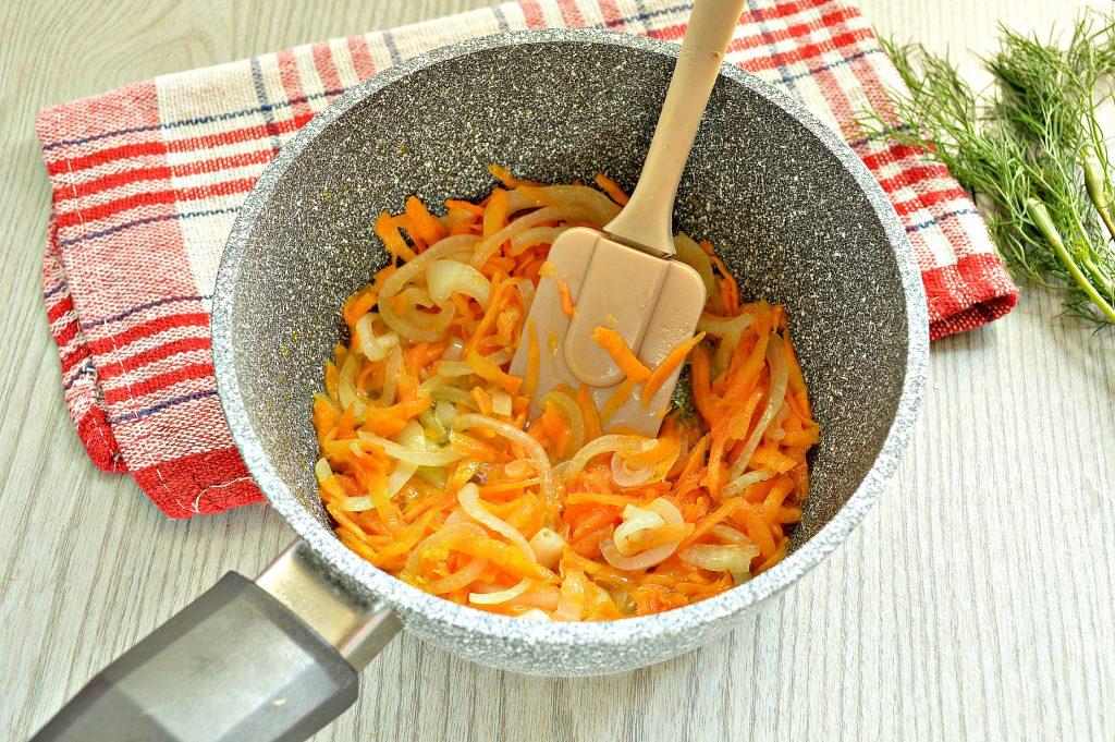 Фото рецепта - Караси, жаренные на сковороде с морковью и луком - шаг 4