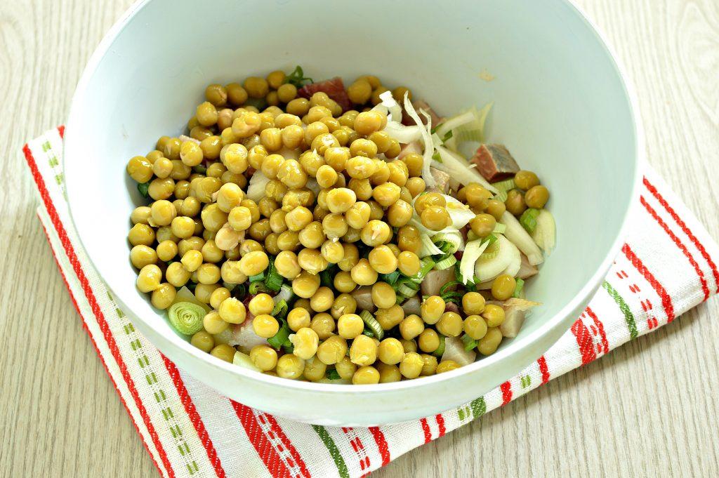Фото рецепта - Рыбный салат с картофелем и зеленым горошком - шаг 4