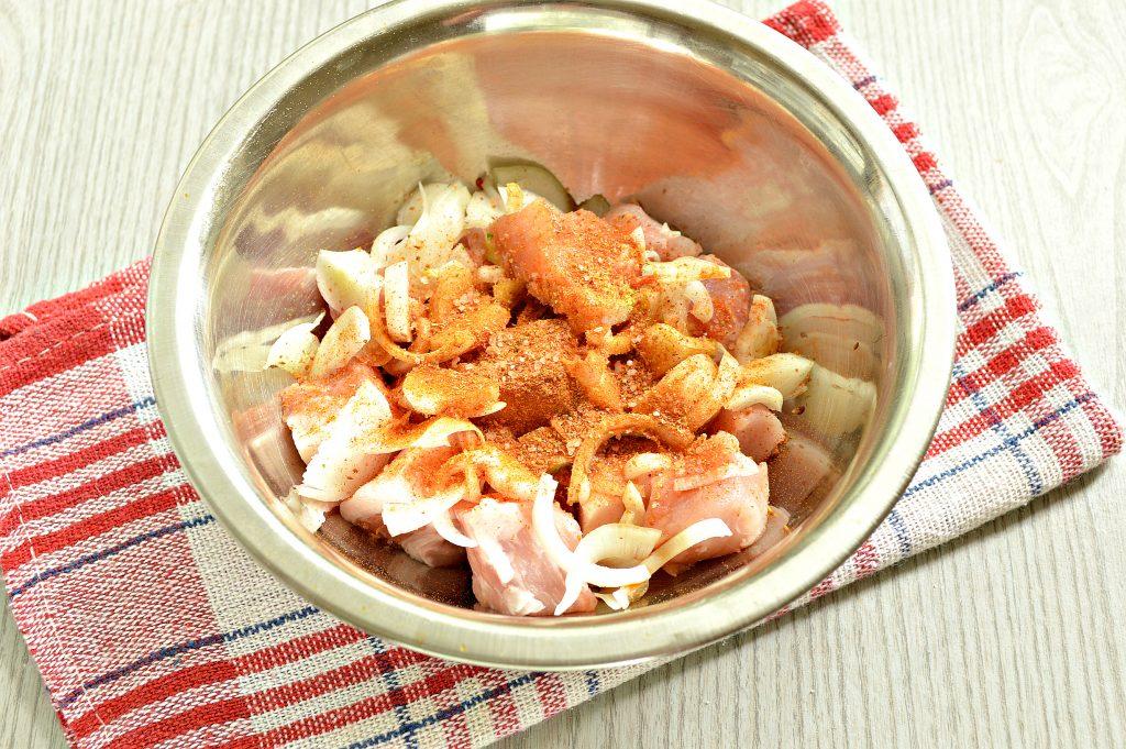 Фото рецепта - Свинина в соевом соусе, жаренная с луком - шаг 4