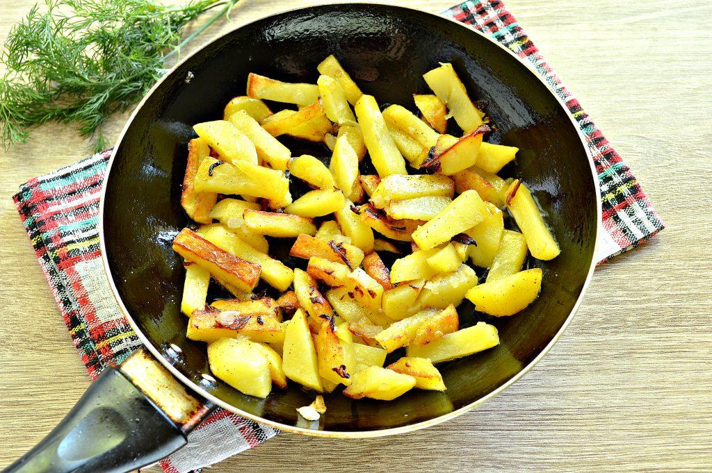 Фото рецепта - Картофель на сковороде с зеленым консервированным горошком - шаг 5