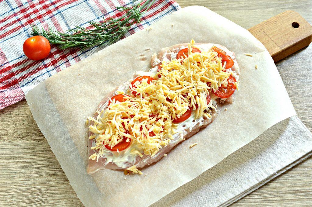 Фото рецепта - Отбивная из куриной грудки в духовке с сыром и черри - шаг 5