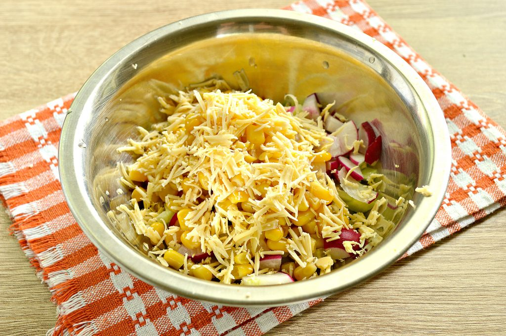 Фото рецепта - Куриный салат с кукурузой и редиской - шаг 5