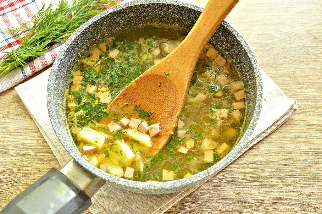 Фото рецепта - Вермишелевый суп с колбасой - шаг 5