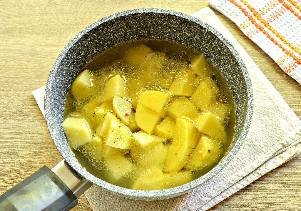 Фото рецепта - Картофель, тушеный с куриной печенью и зеленым горошком - шаг 5