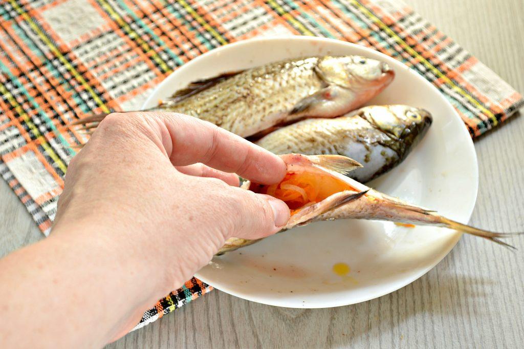 Фото рецепта - Карась, фаршированный овощами, запеченный в духовке - шаг 5
