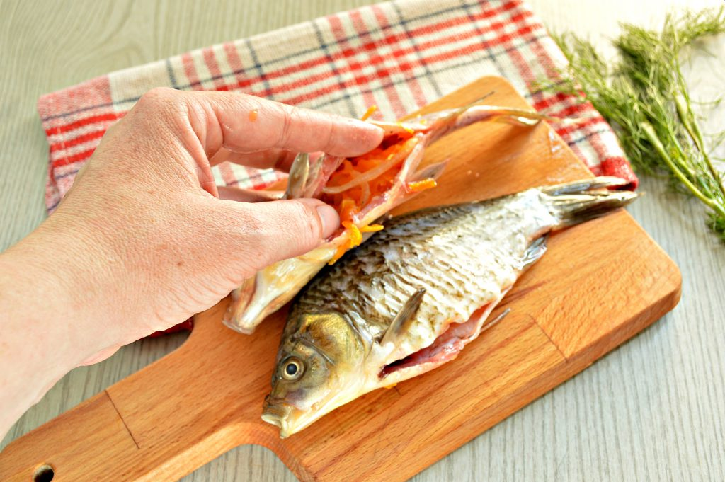 Фото рецепта - Караси, жаренные на сковороде с морковью и луком - шаг 5