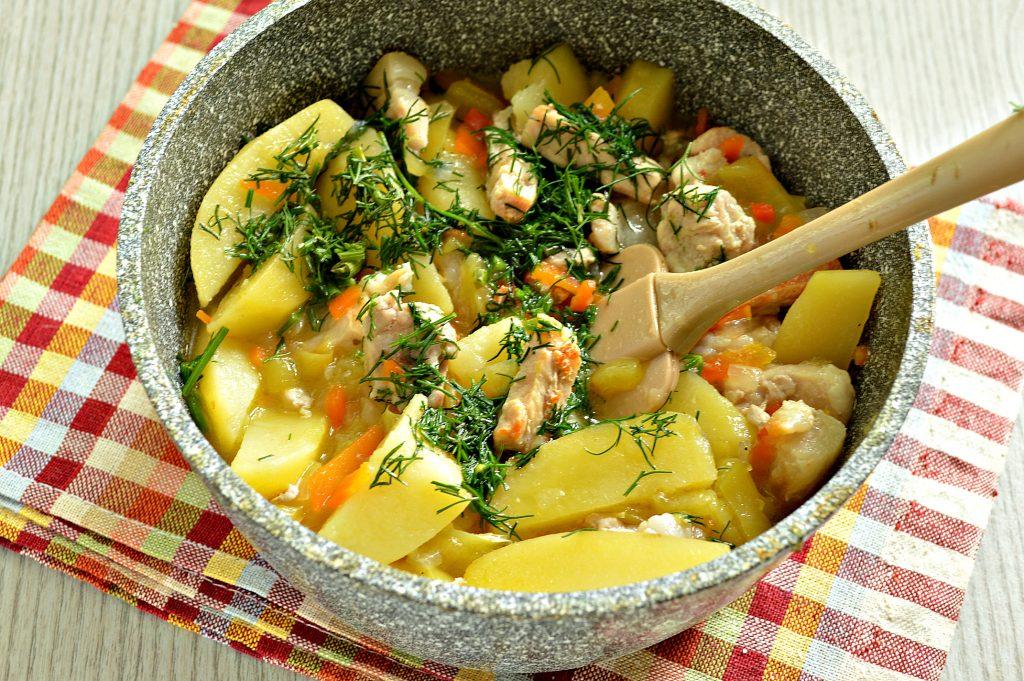 Фото рецепта - Молодой картофель, тушеный со свининой и овощами - шаг 5