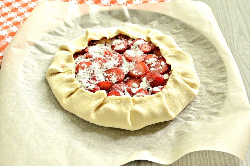 Фото рецепта - Открытый пирог из слоеного теста с клубникой (галета) - шаг 5