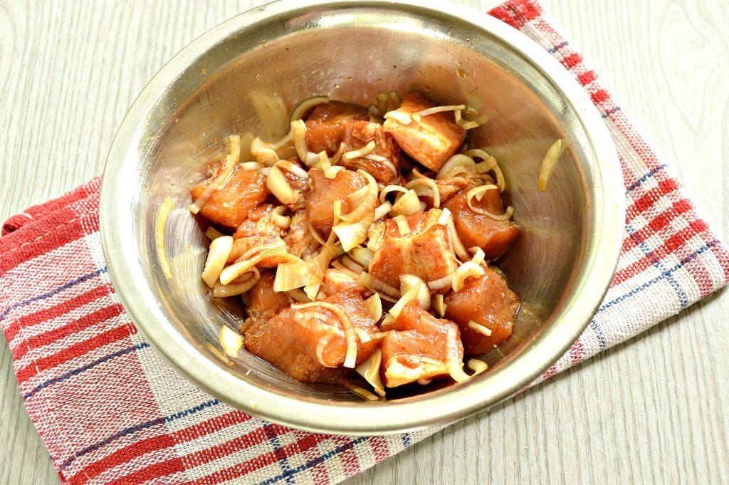Фото рецепта - Свинина в соевом соусе, жаренная с луком - шаг 5
