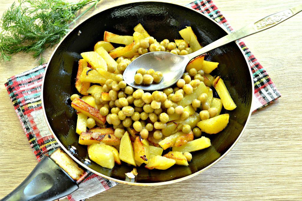 Фото рецепта - Картофель на сковороде с зеленым консервированным горошком - шаг 6