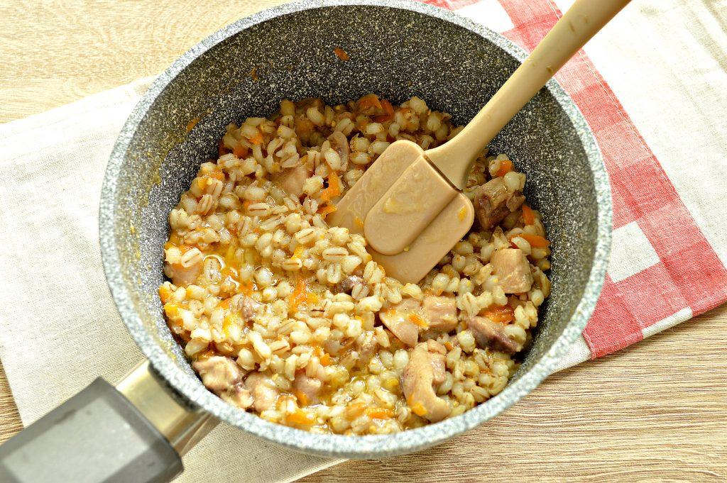 Фото рецепта - Перловая каша, тушенная с курицей - шаг 6