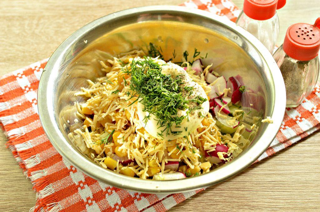 Фото рецепта - Куриный салат с кукурузой и редиской - шаг 6