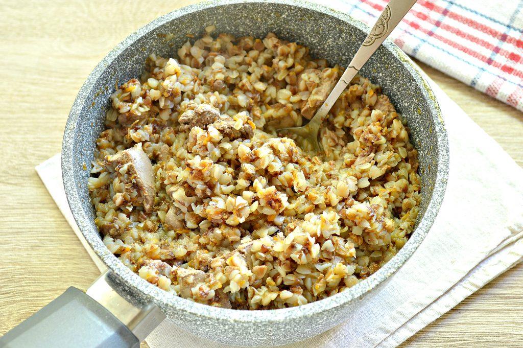 Фото рецепта - Куриная печень с гречкой и овощами - шаг 6