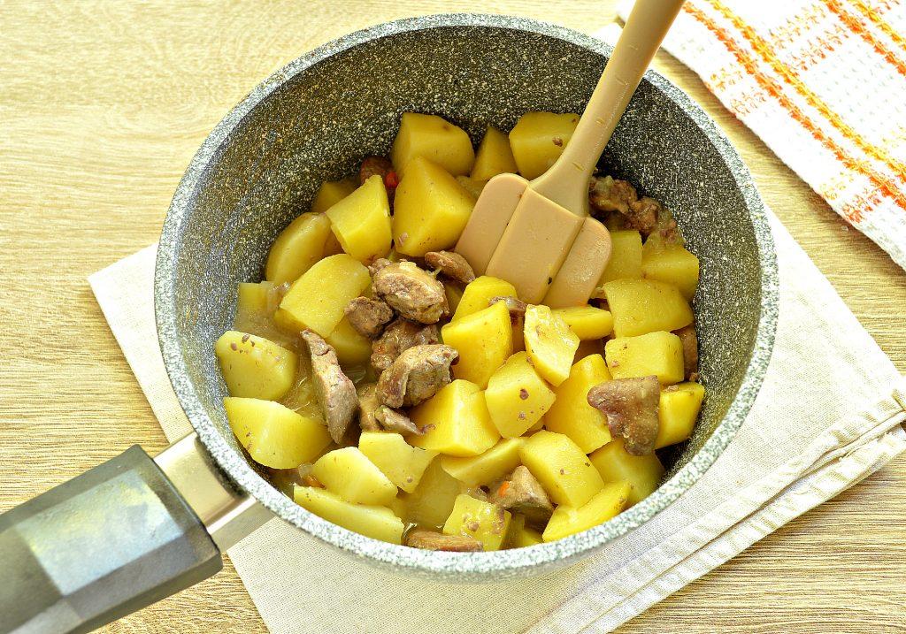Фото рецепта - Картофель, тушеный с куриной печенью и зеленым горошком - шаг 6