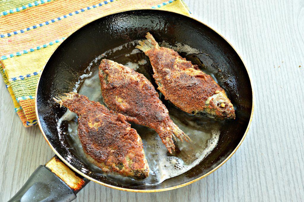 Фото рецепта - Караси в панировочных сухарях на сковороде - шаг 6
