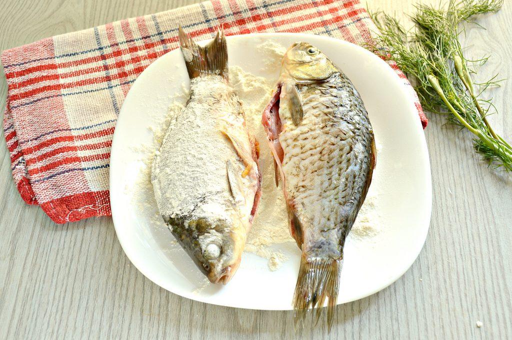 Фото рецепта - Караси, жаренные на сковороде с морковью и луком - шаг 6
