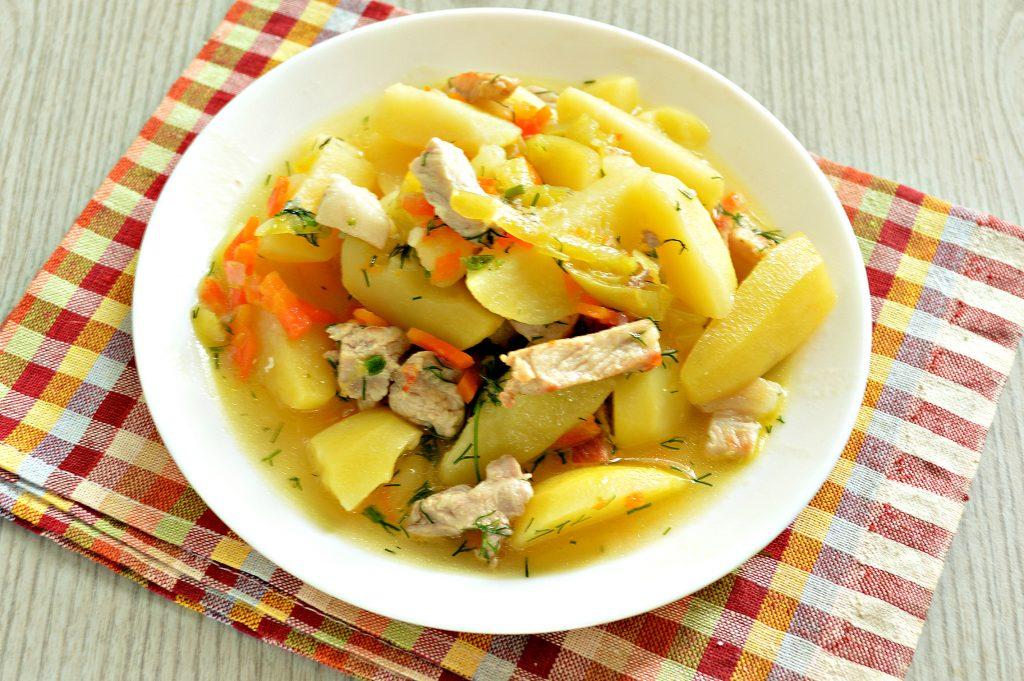 Фото рецепта - Молодой картофель, тушеный со свининой и овощами - шаг 6