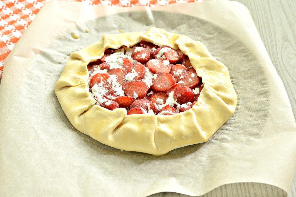 Фото рецепта - Открытый пирог из слоеного теста с клубникой (галета) - шаг 6