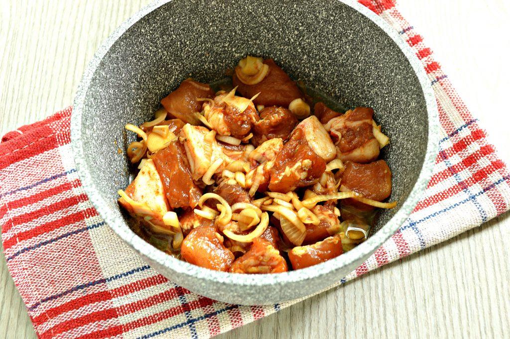 Фото рецепта - Свинина в соевом соусе, жаренная с луком - шаг 6