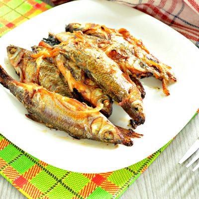 Рыба речная, запеченная в духовке с луком - рецепт с фото