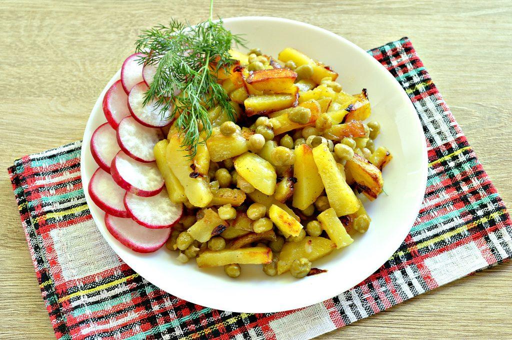 Фото рецепта - Картофель на сковороде с зеленым консервированным горошком - шаг 7