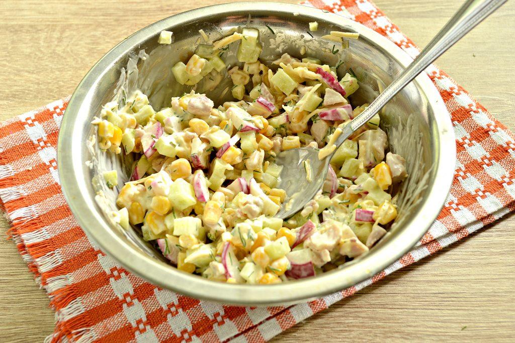Фото рецепта - Куриный салат с кукурузой и редиской - шаг 7